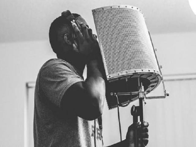 Artist i en inspelningsstudio