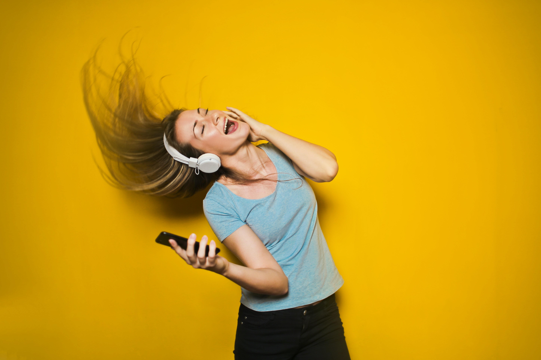 Tjej som lyssnar på musik